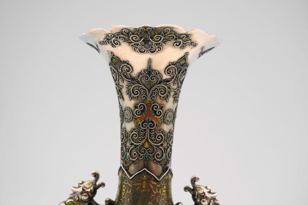 根本製純銀七宝牡丹図花瓶上部拡大その2