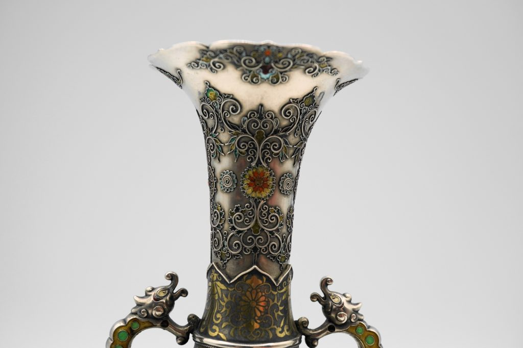 根本製純銀七宝牡丹図花瓶上部拡大その1