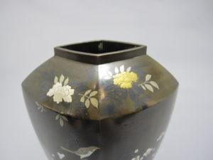黒田 象嵌鶴鶯図花瓶 正面上部