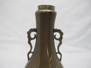 鈴木長吉象嵌翡翠図双耳花瓶正面上部