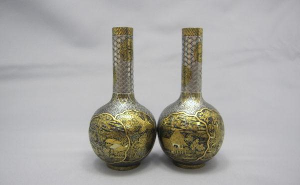 鉄地金銀象嵌窓絵図花瓶一対