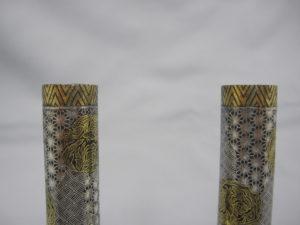 鉄地金銀象嵌窓絵図花瓶一対上部