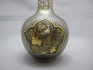 鉄地金銀象嵌窓絵図花瓶一対 1側面図