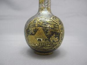 鉄地金銀象嵌窓絵図花瓶一対 2側面図