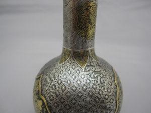 鉄地金銀象嵌窓絵図花瓶一対 側面拡大