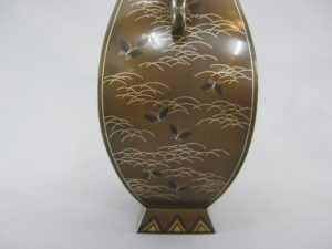 銅 象嵌 四方龍耳花瓶側面図柄