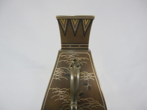 銅 象嵌 四方龍耳花瓶側面上部