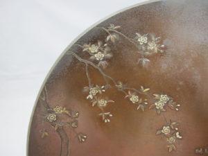 能川製 象嵌鵜飼い図飾皿上部左図拡大