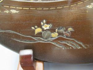 能川製 象嵌鵜飼い図飾皿下部拡大