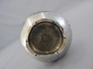 銀七宝象嵌鴛鴦図双耳花瓶底面