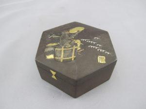 鉄地象嵌猩々図六角飾箱