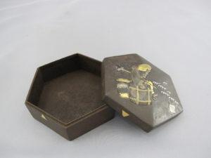 鉄地象嵌猩々図六角飾箱器内