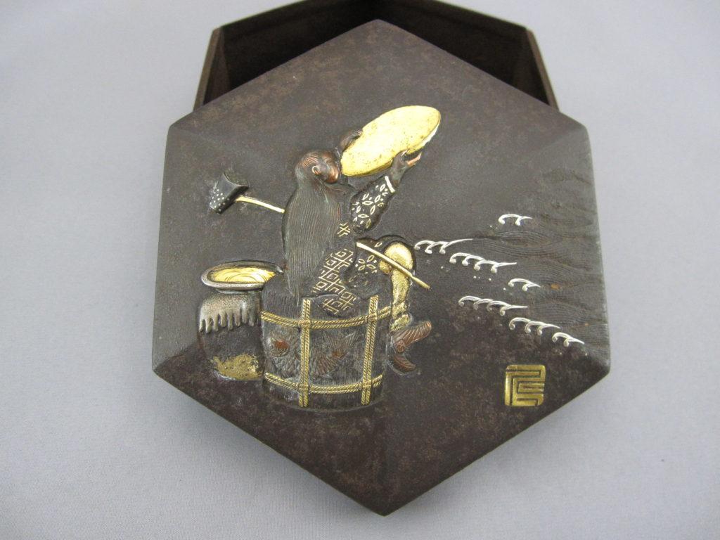 鉄地象嵌猩々図六角飾箱全体図柄