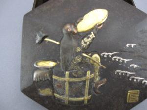 鉄地象嵌猩々図六角飾箱猩々図拡大