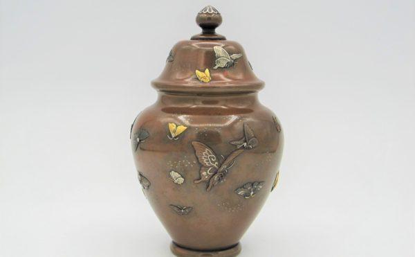 能川製 象嵌蝶舞図蓋月壺