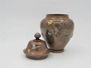 能川製 象嵌蝶舞図蓋月壺 蓋を外した