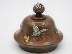 能川製 象嵌蝶舞図蓋月壺 蓋部分蝶舞図拡大