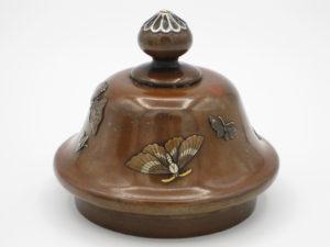 能川製 象嵌蝶舞図蓋月壺 蓋部分蝶舞図拡大その2