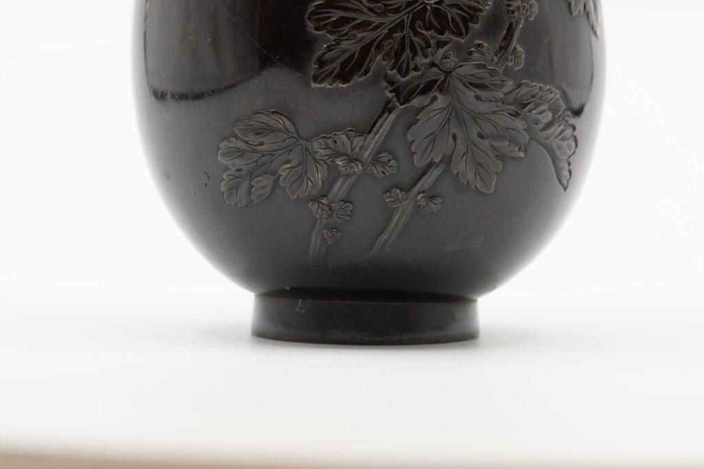 龍斎銘 御大典記念 菊花図花瓶下部その2